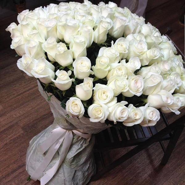 Подарите девушке на свидании огромный букет белых роз – и вы точно завоюете ее расположение.