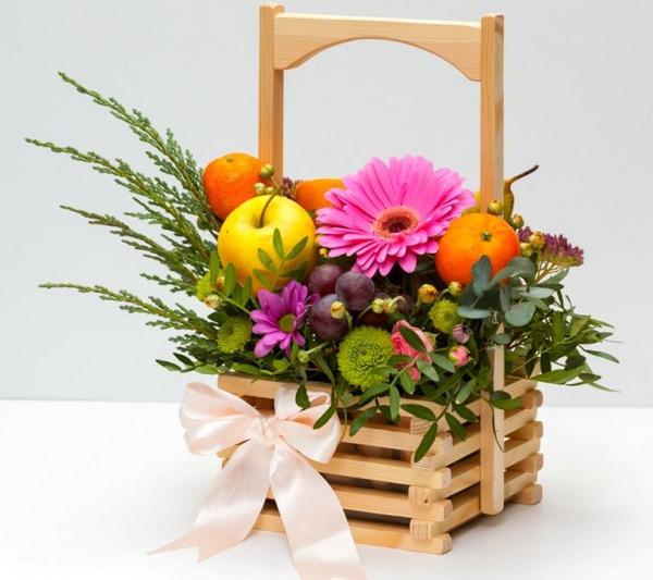 Неординарный букет цветов – доставка сладких или фруктовых корзин с герберами – настоящий тренд этого года.
