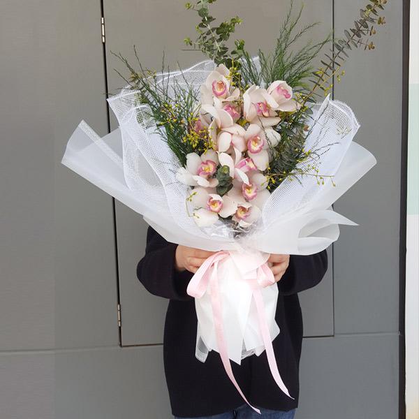 В Казани букеты орхидей разных сортов можно найти во флористическом салоне «Парижанка».