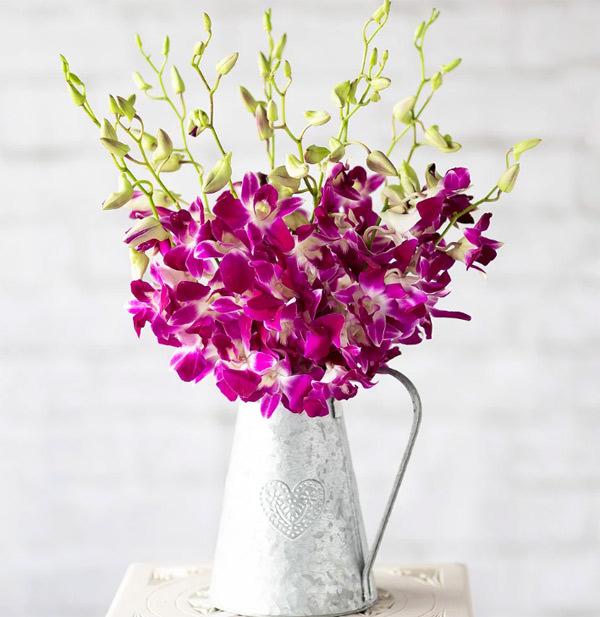 Цветы и букеты орхидей хранят в вазах с водой специальными добавками.
