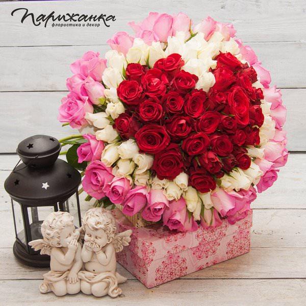 Композиция из красных, белых и розовых роз в форме сердца