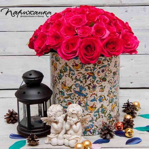 Малиновые розы в шляпной коробке