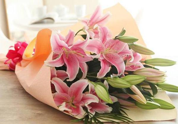 Чтобы заказать доставку цветов в салоне «Парижанка», свяжитесь с менеджерами по телефону.